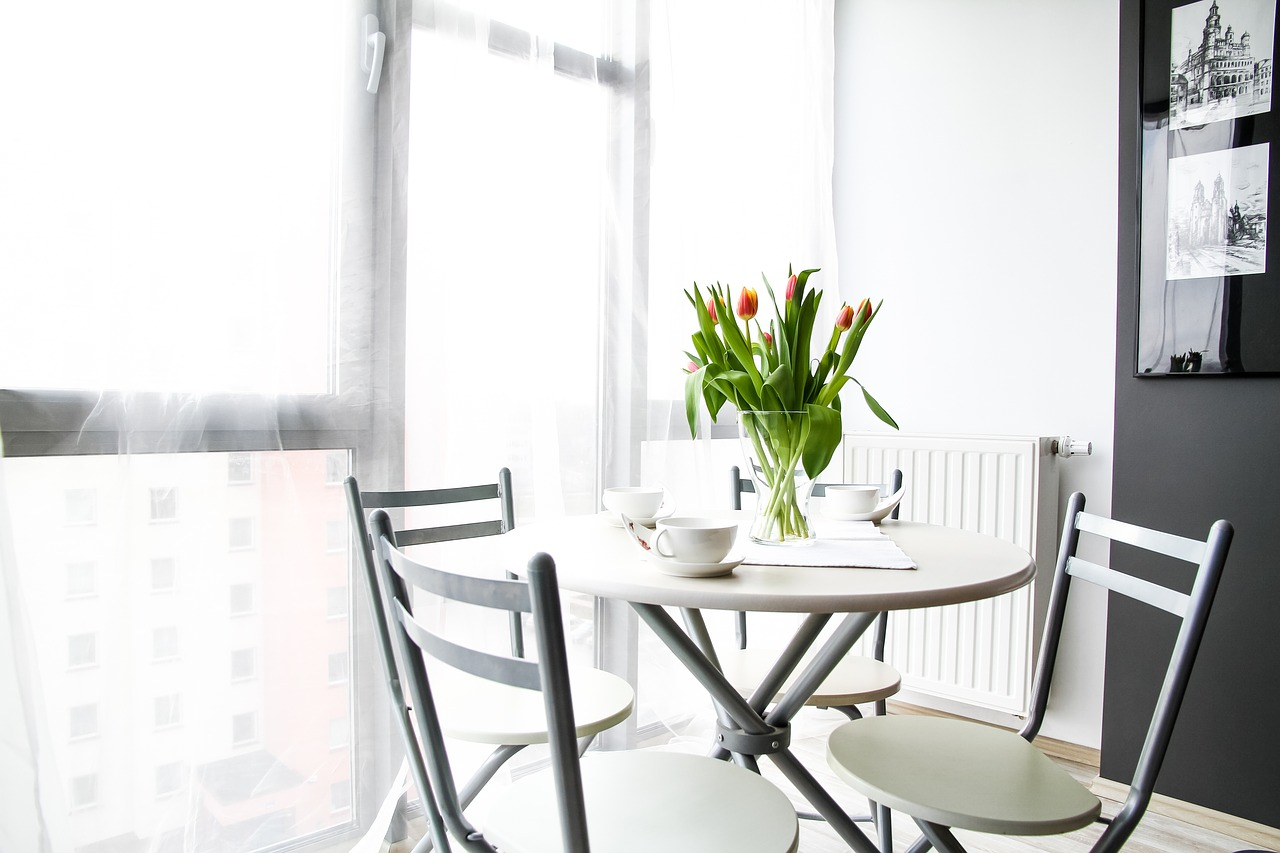 Flowers on table showing importance of decor to selling your home in winter housing market.