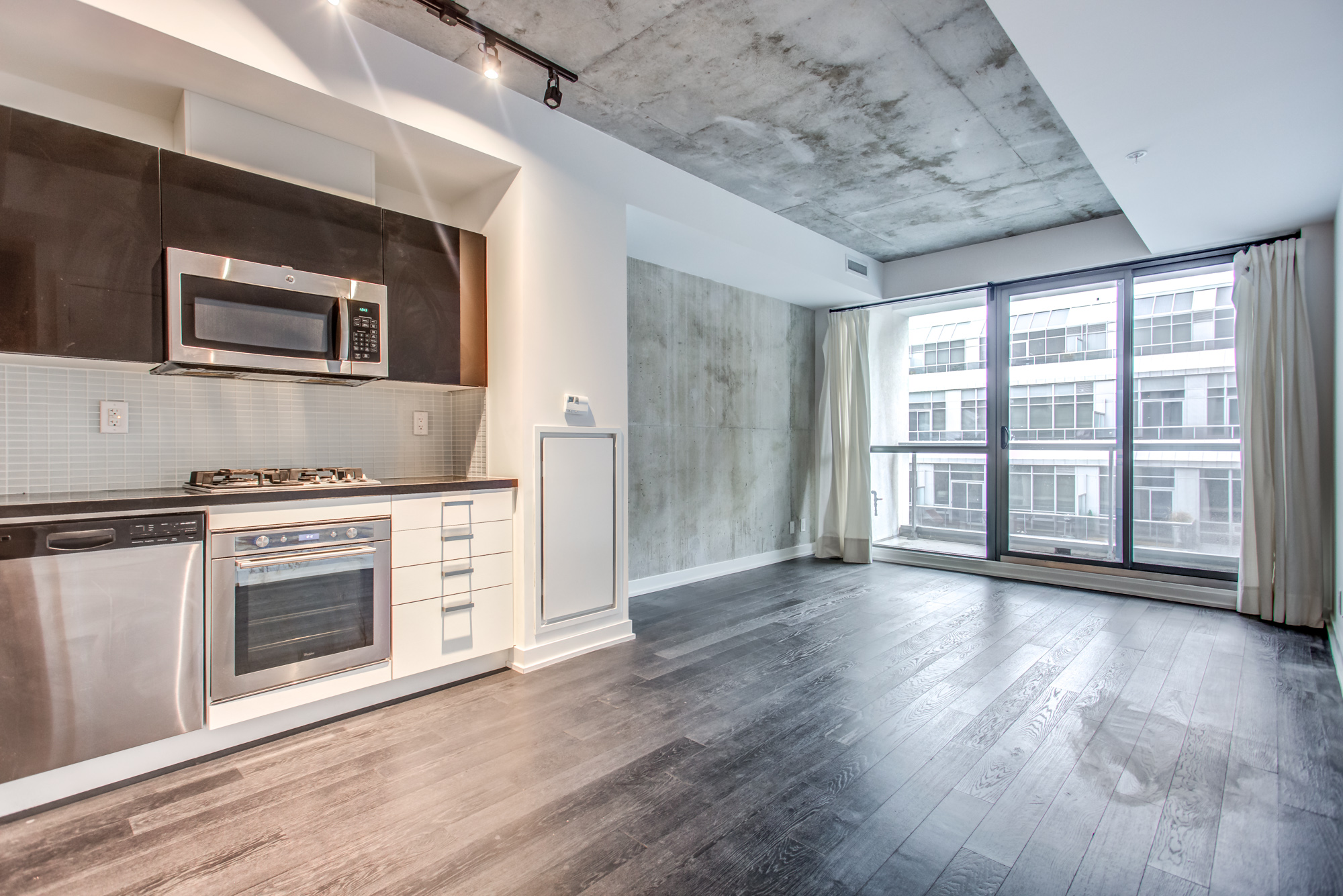 39 Brant St Unit 918, Brant Park Lofts, industrial-style kitchen, living room and dining room with laminate floors.