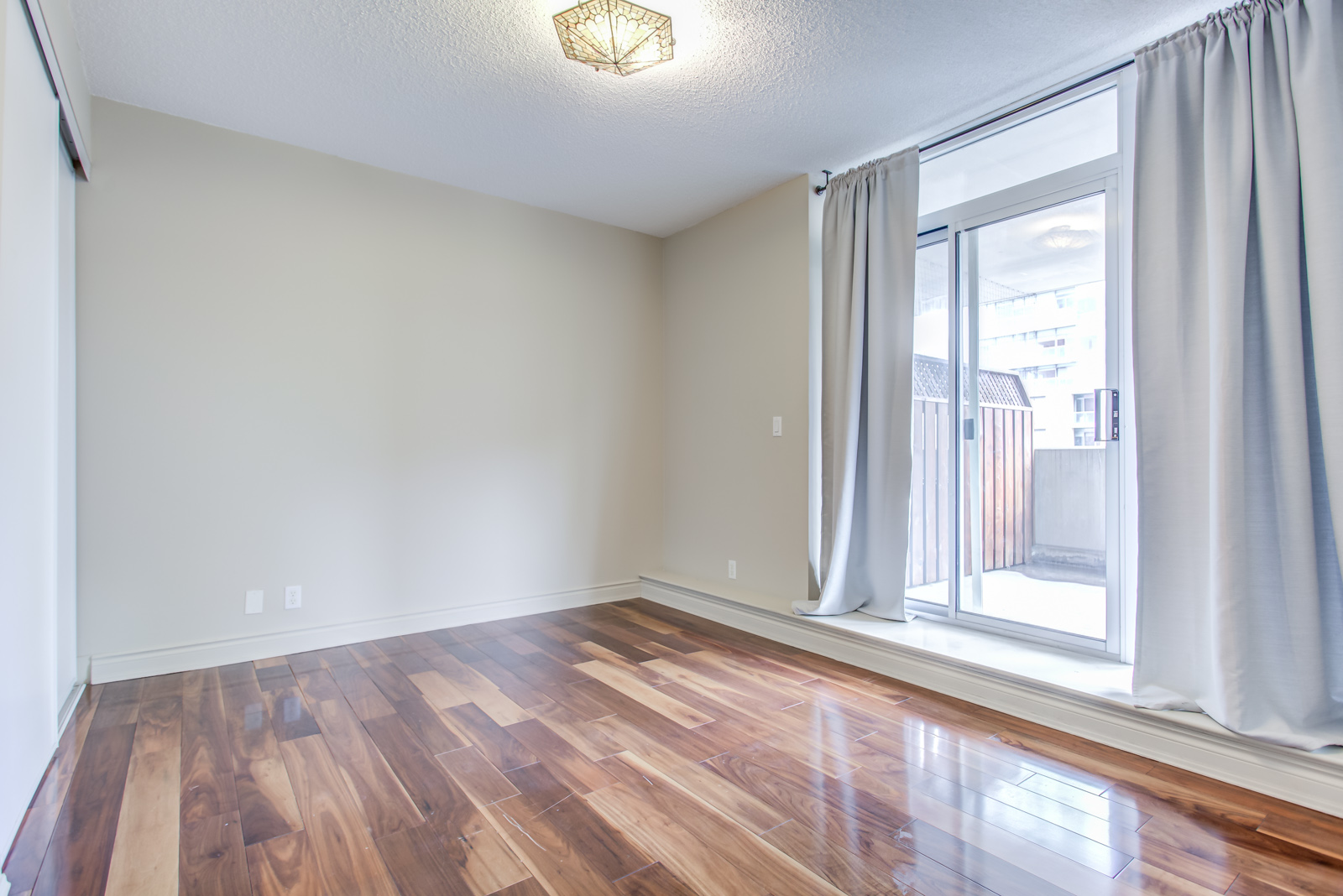 20 Collier St Unit 408 master bedroom without bed or any furniture.