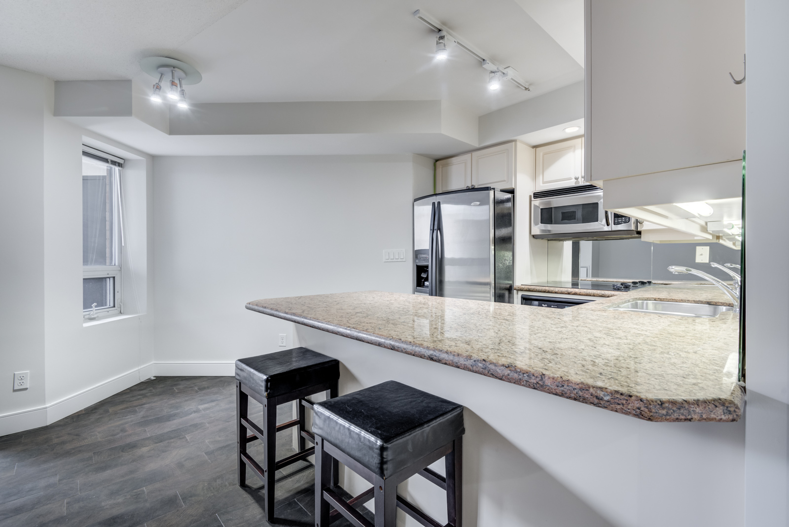 Granite breakfast bar with 2 chairs.