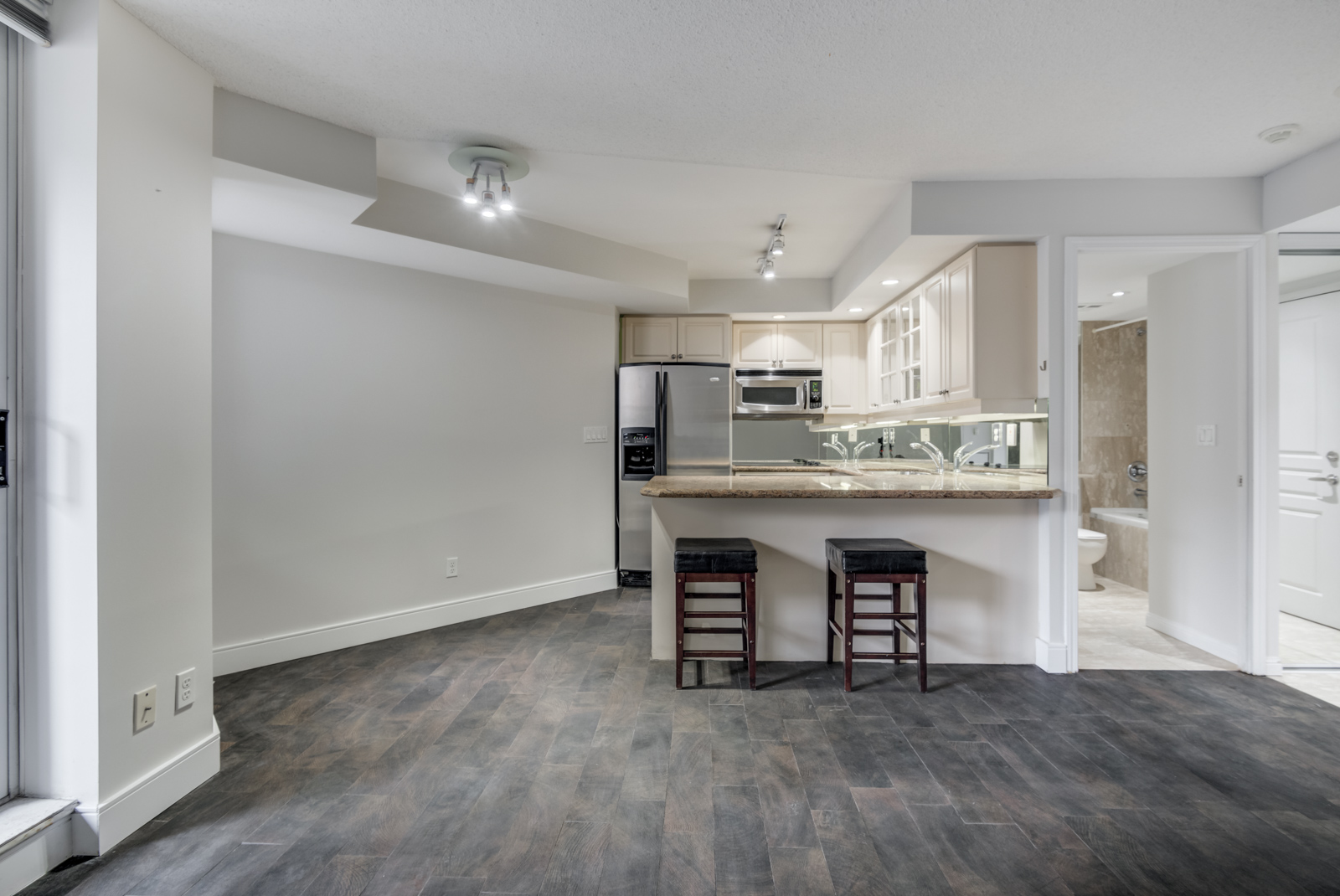 View of 140 Simcoe St E Unit 921 kitchen with 4 different types of lighting.