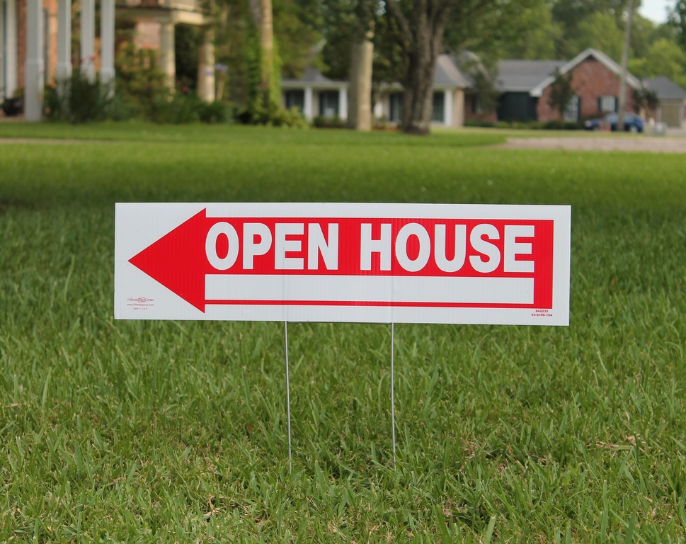 Open house lawn sign signifying benefits of buying during August 2020 housing market.