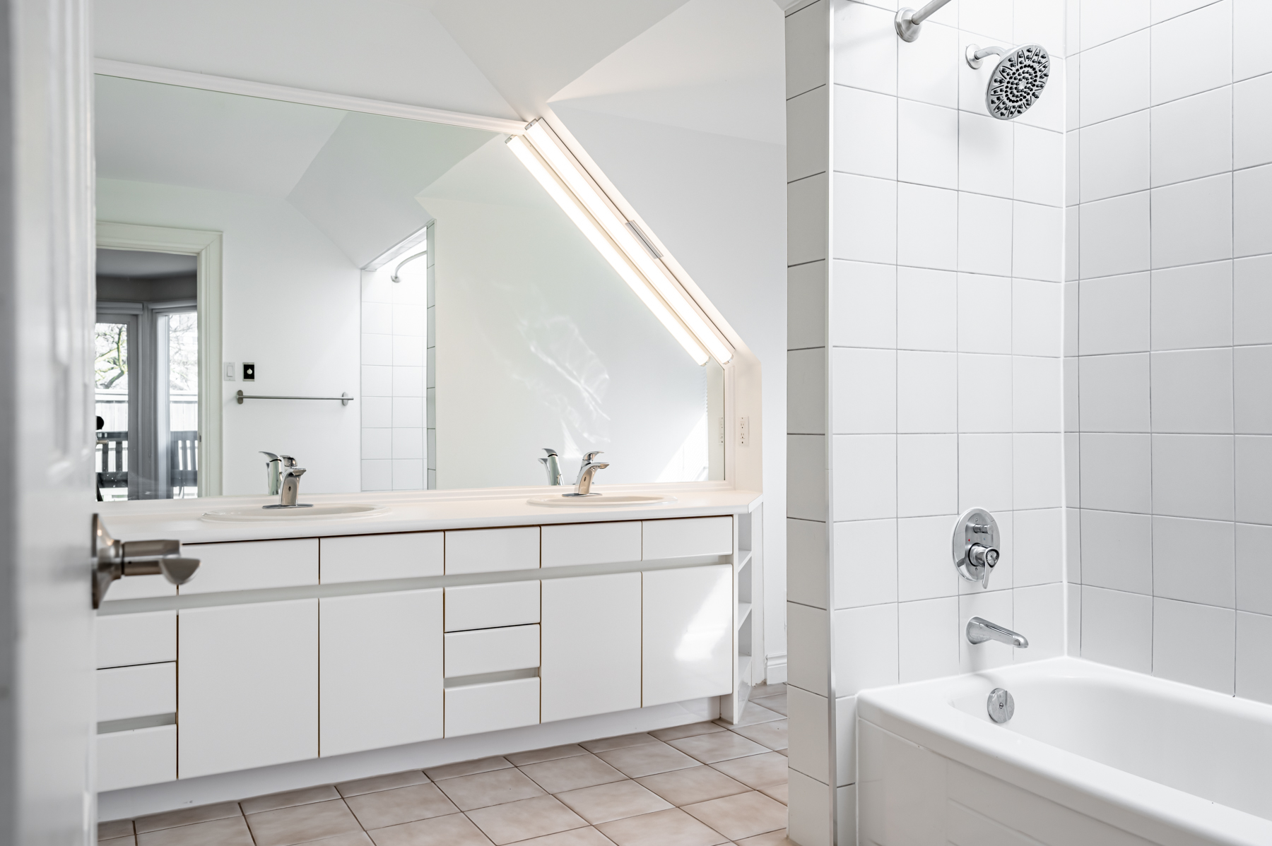 98 Bedford Rd – 5-piece ensuite bath with his and her sinks.