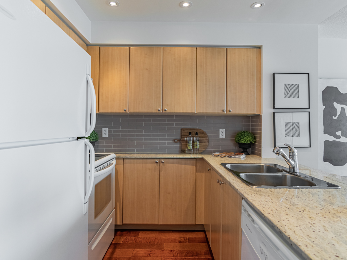 763 Bay St Unit 3111 kitchen with high-end materials.