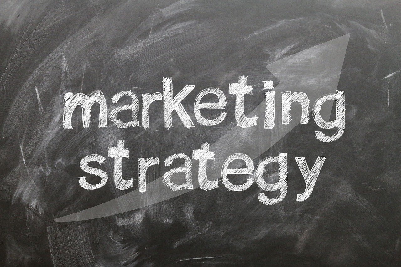 3 Things to know before selling include Marketing Strategy written on blackboard.
