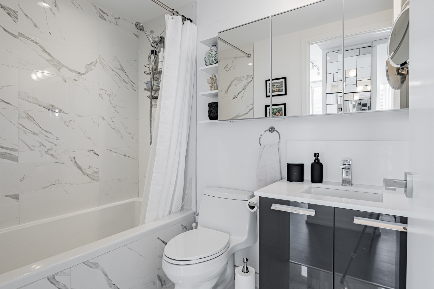 28 Wellesley St Unit 3009 – 4-piece bath with white and gray tiles.