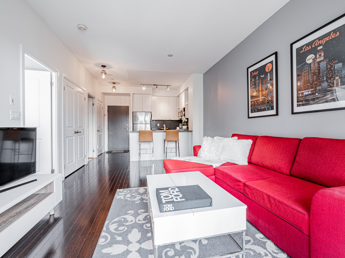 35 Hayden St Unit 1516 – spacious living, dining and kitchen areas.