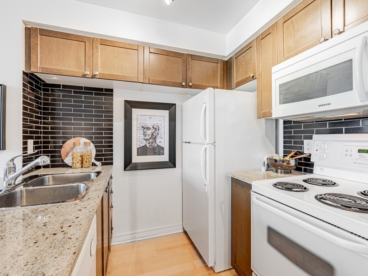 763 Bay St Unit 1614 kitchen.