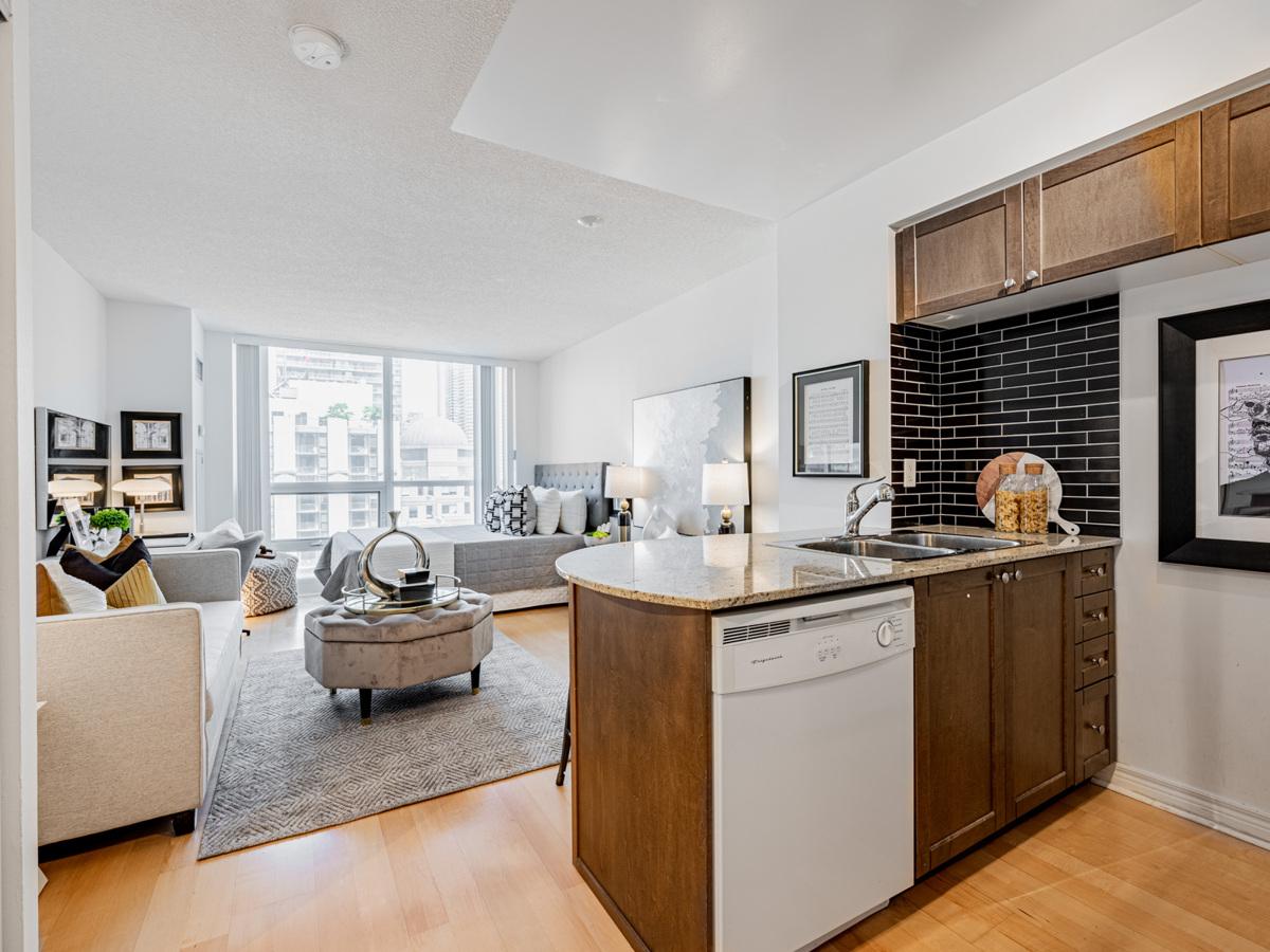 763 Bay St 1614 kitchen cabinets and black backsplash.