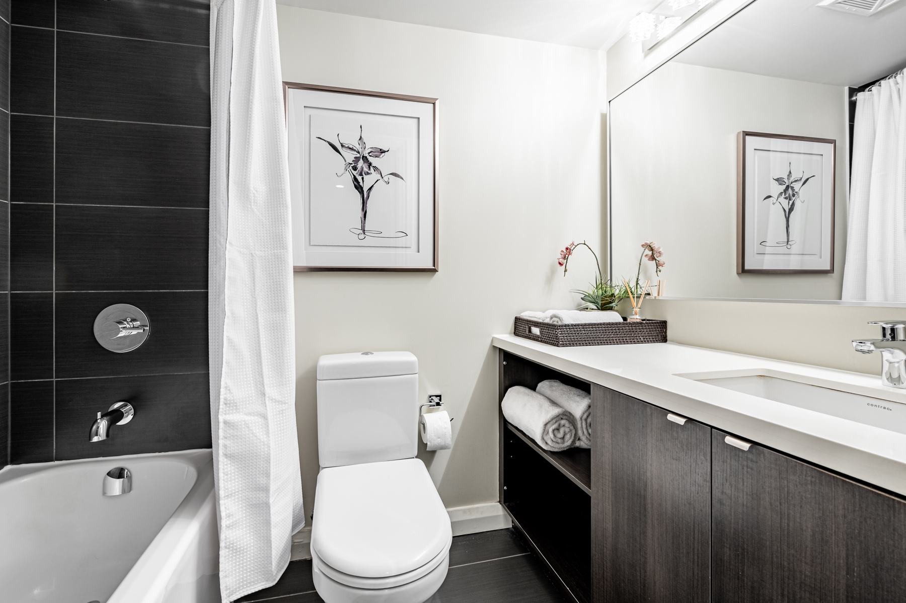 4-piece bath with gray, white and black colours – 155 Yorkville Ave Unit 712.